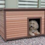La caseta para perros pequeños Rosewood está fabricada en plástico y madera