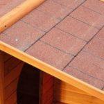 El techo a dos aguas de la caseta para perros pequeños Spike evita acumulación de agua y nieve