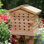 La colmena para abejas Wildlife World luce en cualquier jardin